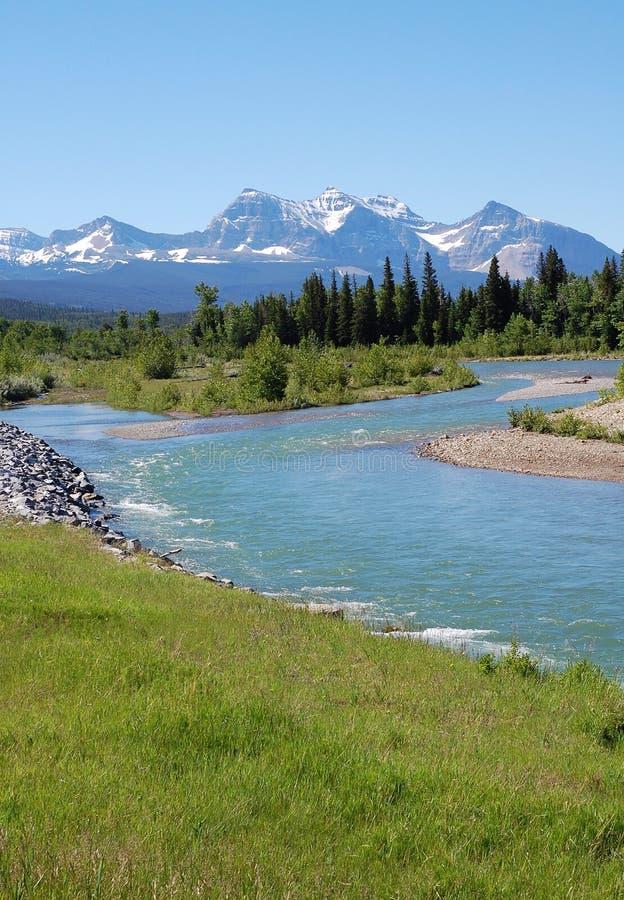Berge und Fluss lizenzfreies stockbild