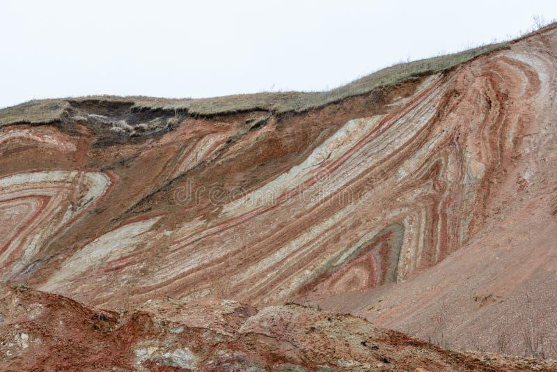 Berge und Hügel auf der Küste des Flusses Volga Schöne Muster von Felsen, von Wiesen, von grünem Gras und von Bäumen Sch?ner Fr?h stockfotos
