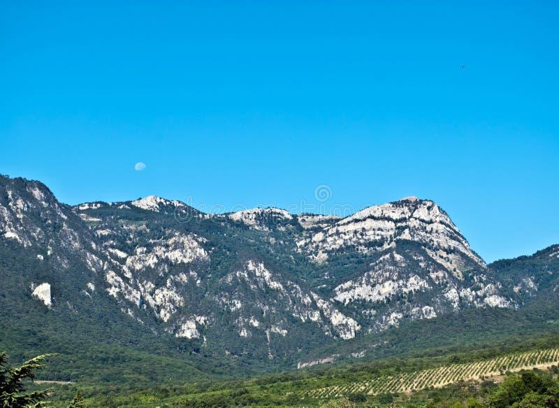 Berge und Mond lizenzfreie stockbilder