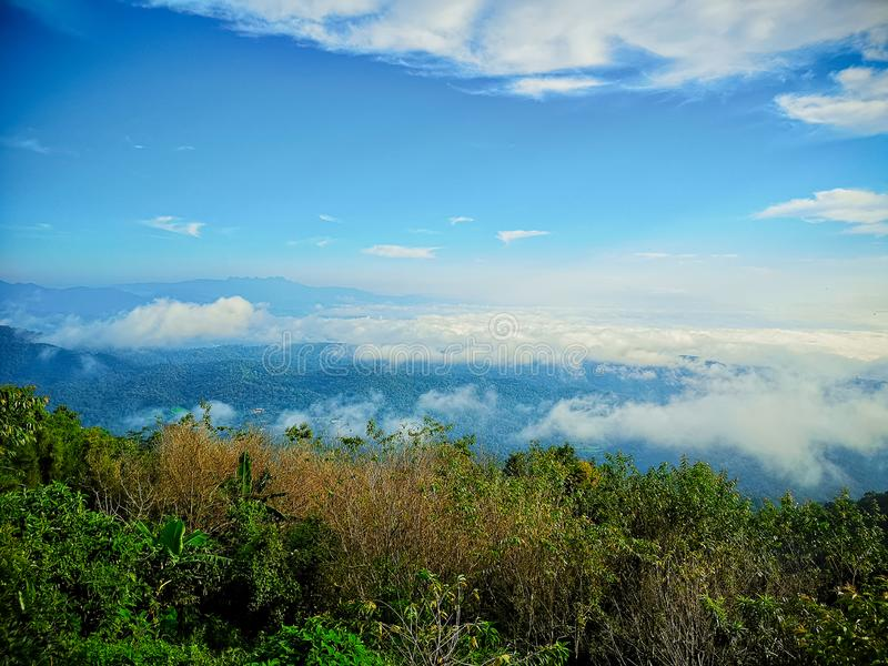 Berge und Nebel des Morgens a an Montag-Stau, Mae Raem, Chiang Mai, Thailand stockfotos