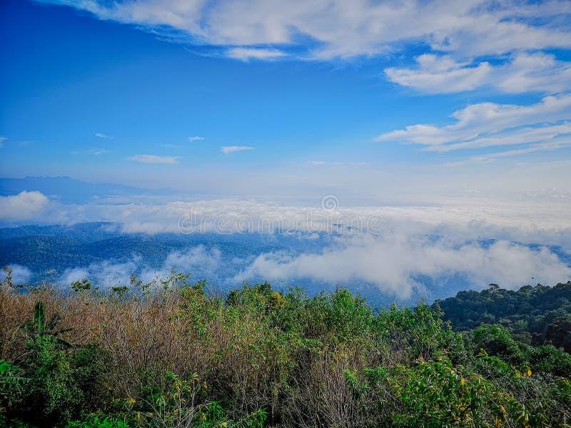 Berge und Nebel des Morgens a an Montag-Stau, Mae Raem, Chiang Mai, Thailand stockfoto