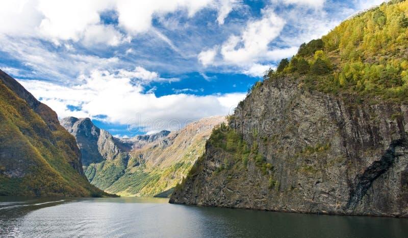 Berge und norwegischer Fjord stockbild
