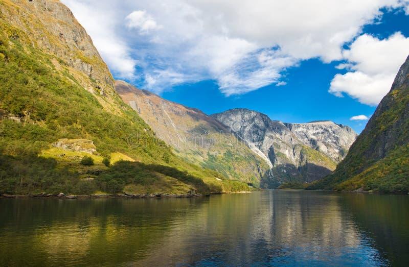Berge und norwegischer Fjord im Herbst lizenzfreies stockfoto
