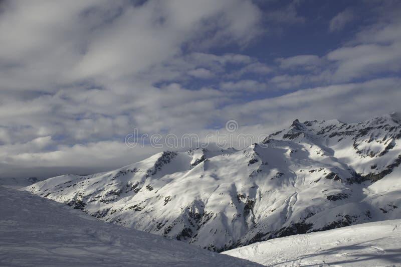 Berge und Schnee lizenzfreie stockfotografie