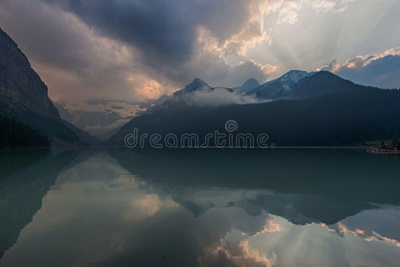 Berge und See bei Sonnenuntergang stockfotografie