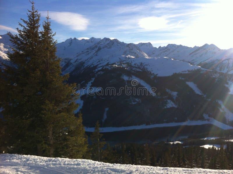 Berge und Sonnenlicht stockfotos