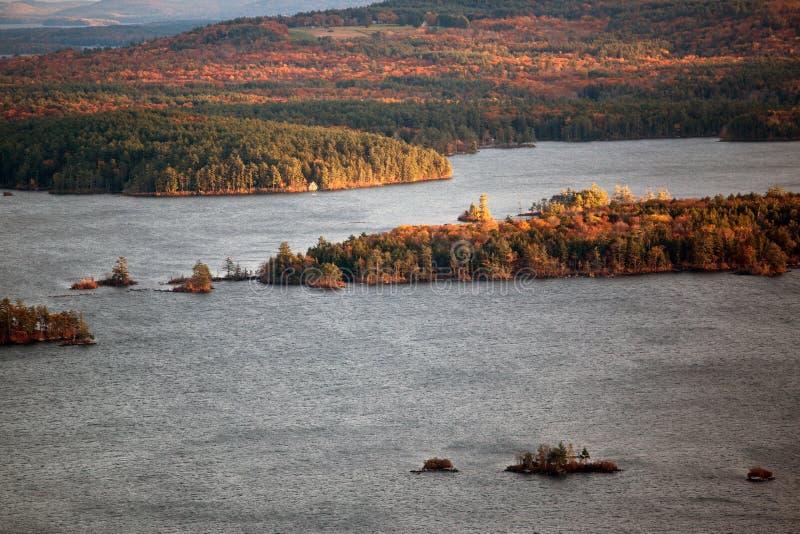 Berge und Squam See im Herbst stockbild