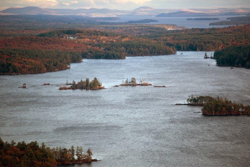 Berge und Squam See im Herbst lizenzfreie stockfotos
