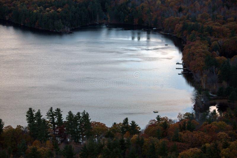 Berge und Squam See im Herbst lizenzfreies stockfoto