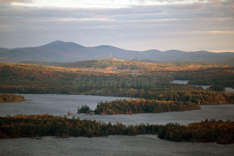 Berge und Squam See im Herbst stockfotos