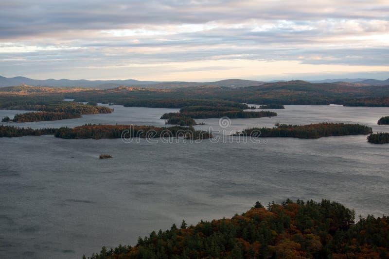 Berge und Squam See im Herbst lizenzfreies stockbild
