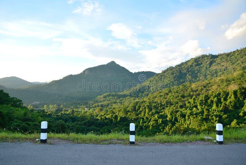Berge und Straßen lizenzfreies stockbild