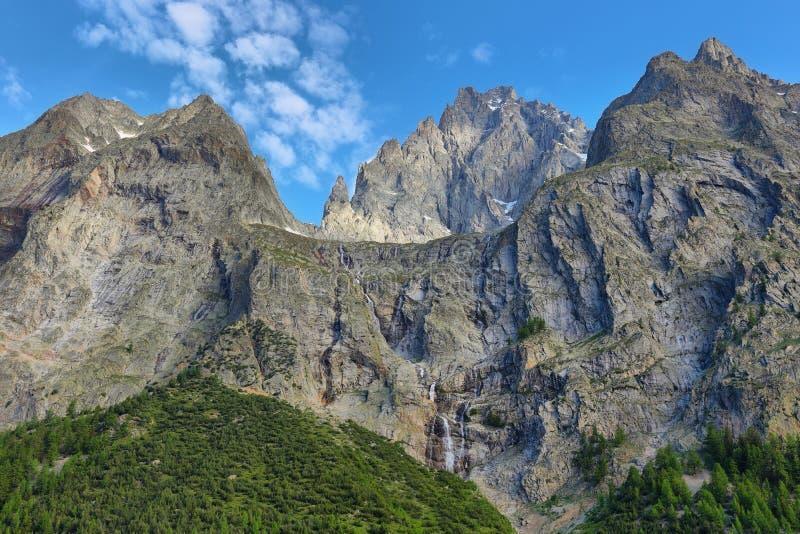 Berge und Wasserfälle nahe in Val Veny, das Aostatal, Italien lizenzfreies stockbild