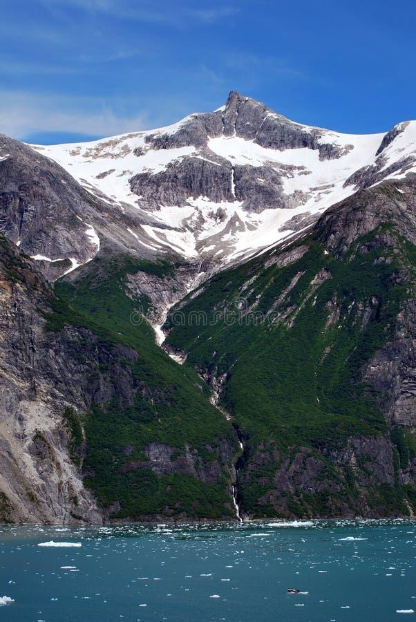 Berge und Wasserfall Tracy bewaffnen Fjord Alaska lizenzfreie stockfotografie