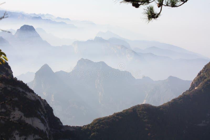Berge und Wolke lizenzfreies stockbild