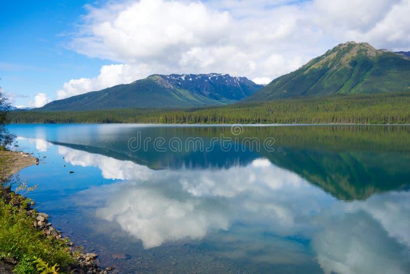 Berge und Wolken reflektiert im Wasser stockfoto