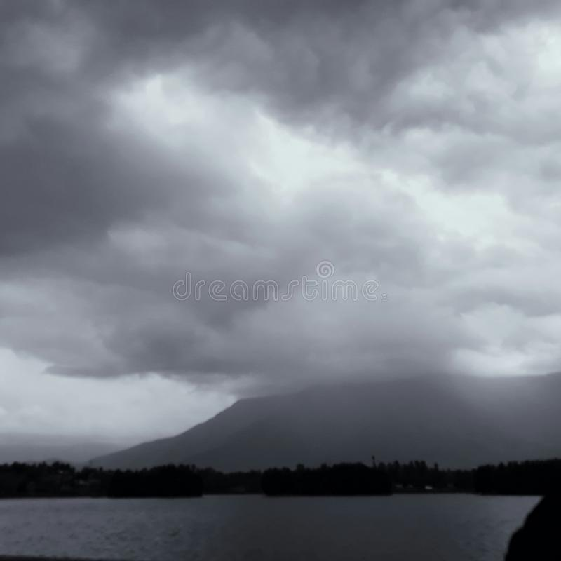Berge versteckt in den Wolken stockbild