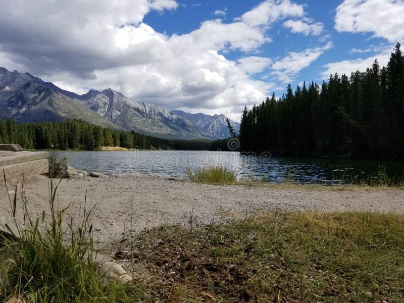 Berge von Johnson Lake lizenzfreie stockbilder