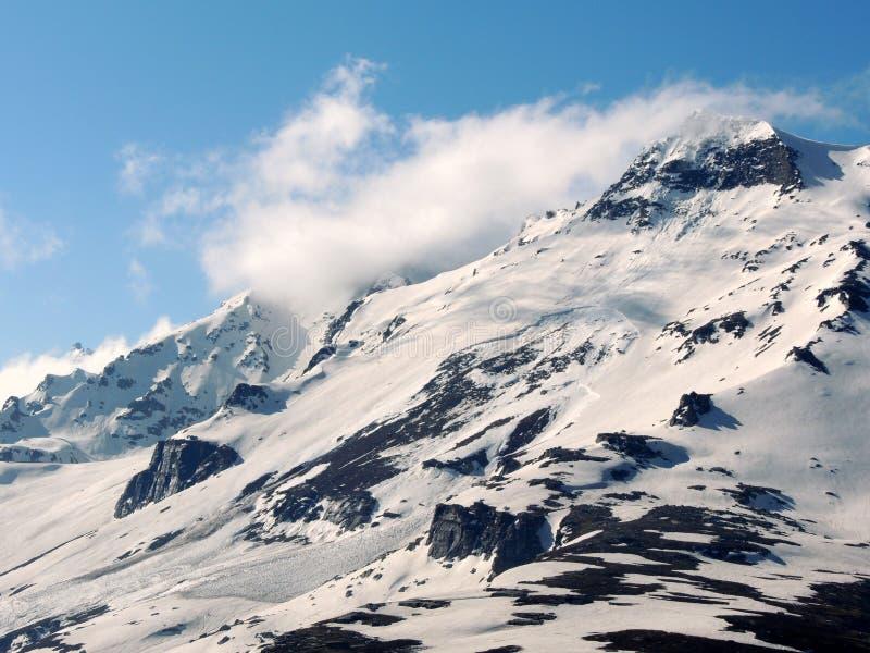 Berge von Manali, Indien bedeckten mit Schnee stockfotos