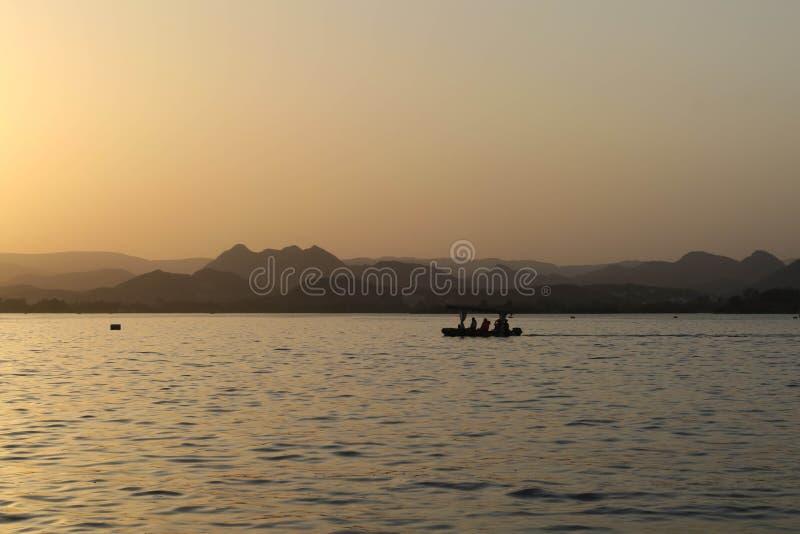 Berge vor indischem Sonnenuntergang stockfotografie