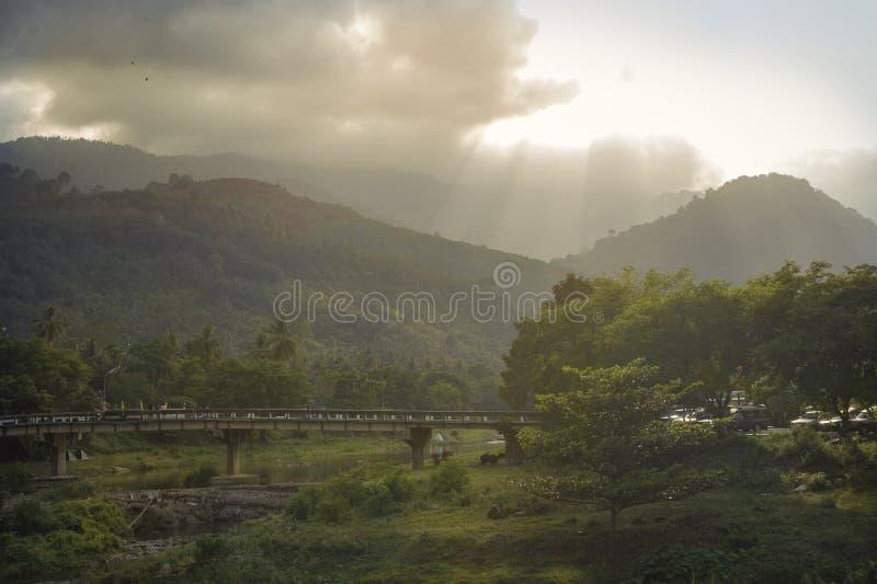 Berge, Wälder, Flüsse und Sonnenschein ist glänzend stockfotografie