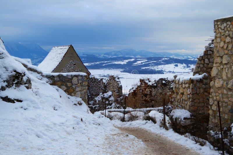 Bergen achter de ruïnes van een citadel royalty-vrije stock afbeeldingen