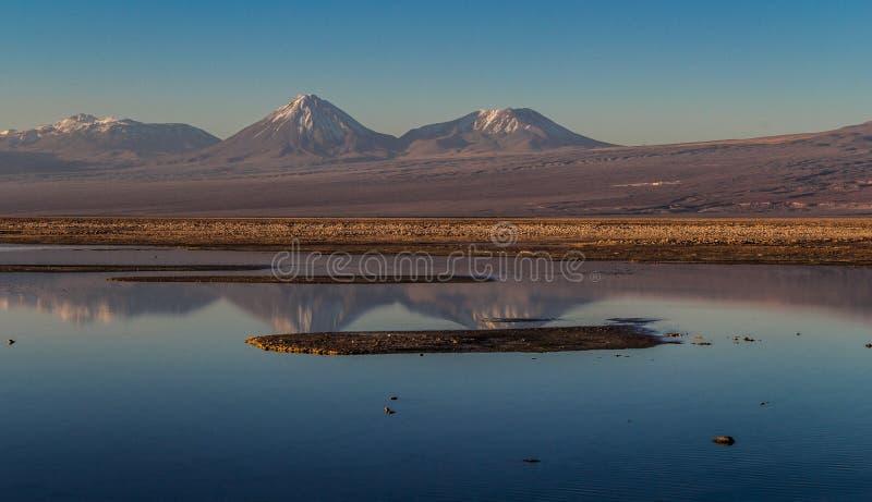 Bergen bij het meer worden weerspiegeld dat royalty-vrije stock foto