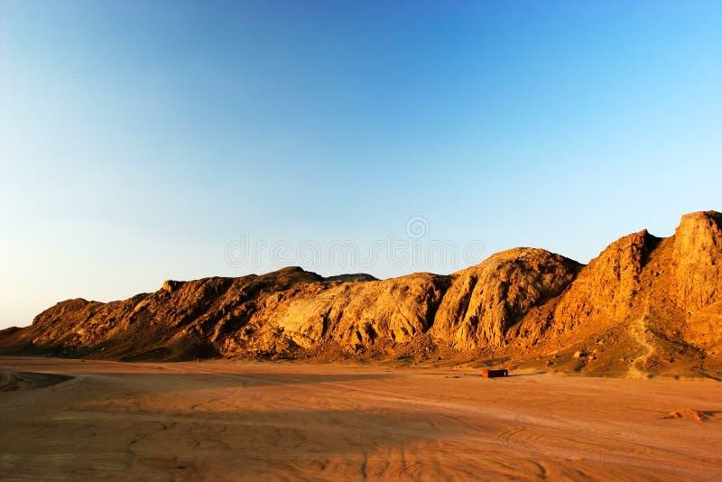Bergen bij woestijn bij zonsondergang royalty-vrije stock fotografie