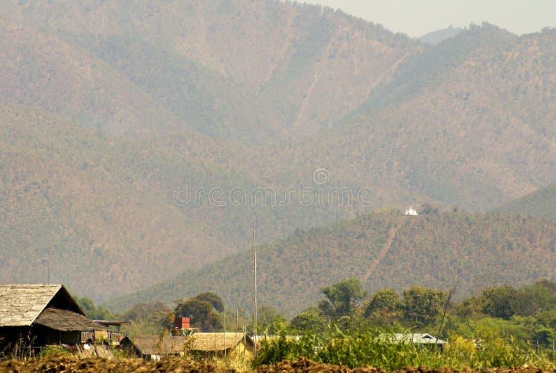 Bergen boven huizen in Birma royalty-vrije stock foto's