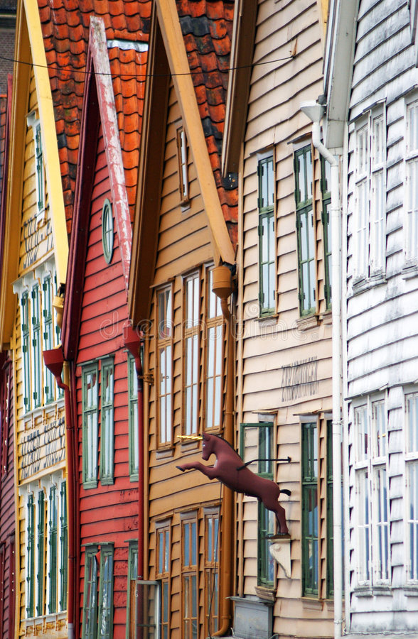 Bergen bringt Fassaden unter. lizenzfreie stockfotos