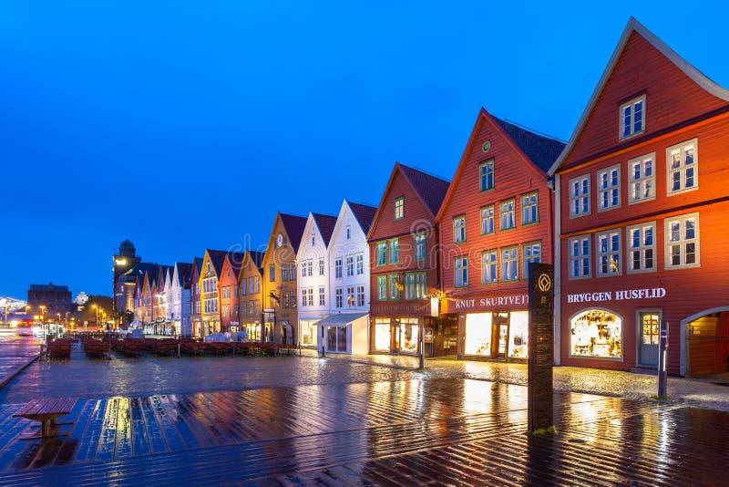Bergen Bryggen på natten royaltyfria bilder