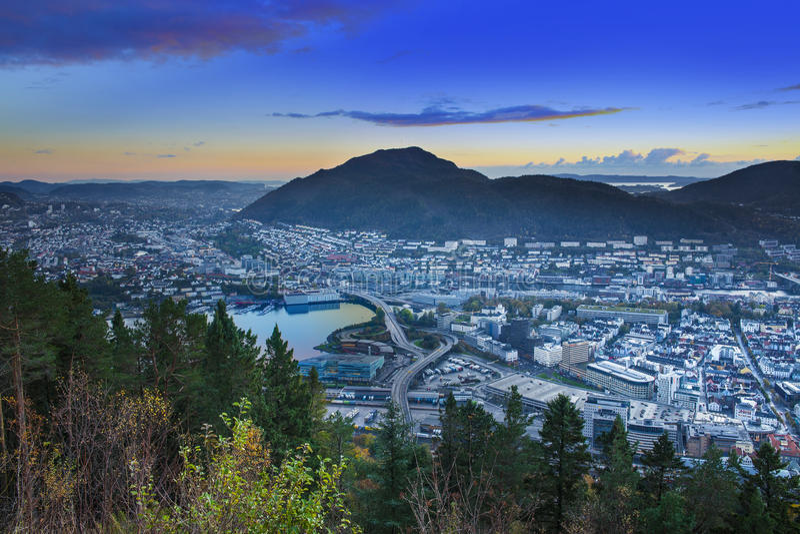 Bergen City Skyline, Noorwegen Van Floyen-berg door Fløibanen stock foto