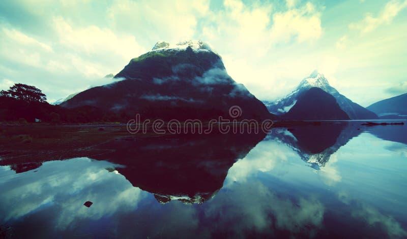 Bergen in de Geheimzinnigheid van Nieuw Zeeland Aardconcept royalty-vrije stock afbeelding