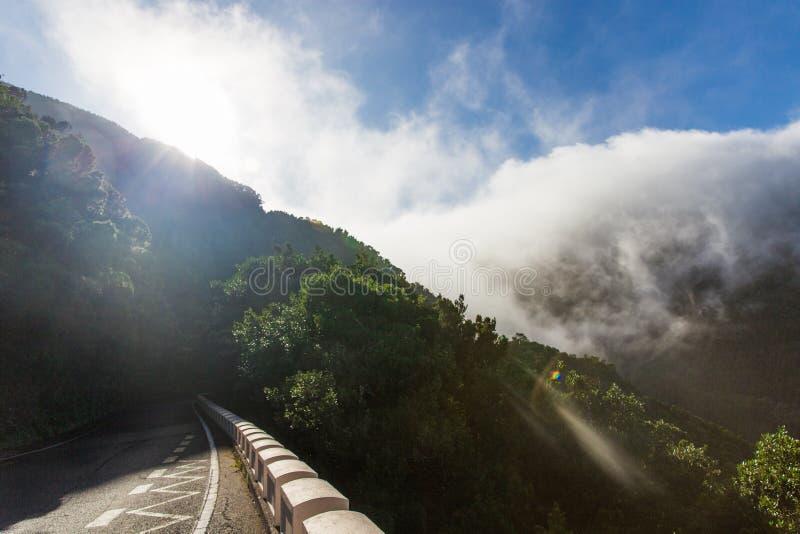 Bergen in de Wolken zonglans over de wolken in bergen Mooie bergaard stock foto