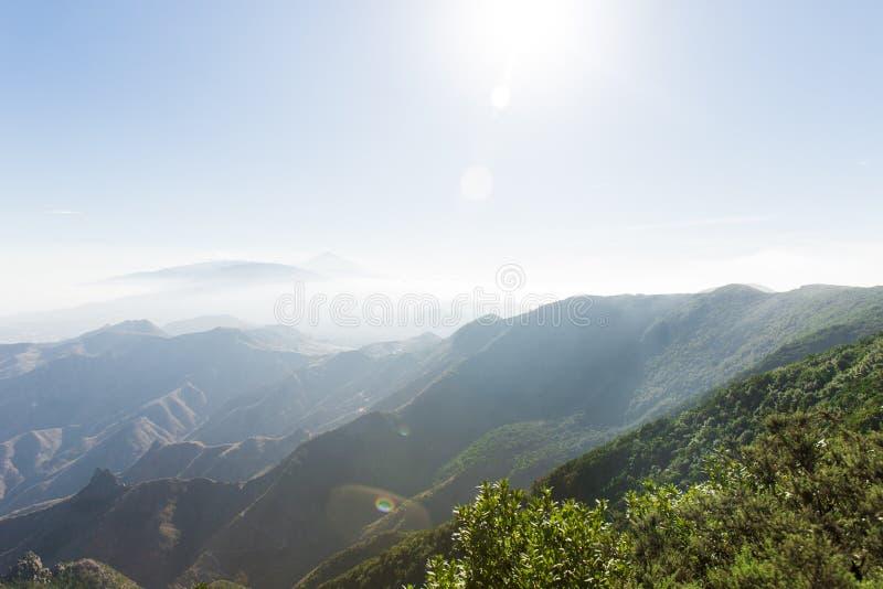 Bergen in de Wolken zonglans over de wolken in bergen Mooie bergaard stock afbeeldingen