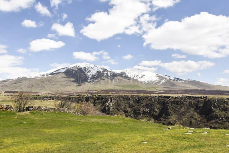 bergen in de zonnige canion van de afstandsafgrond royalty-vrije stock foto's