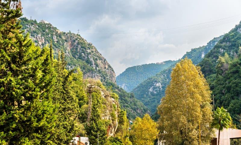 Bergen dichtbij de Jeita-Grot in Libanon stock afbeeldingen