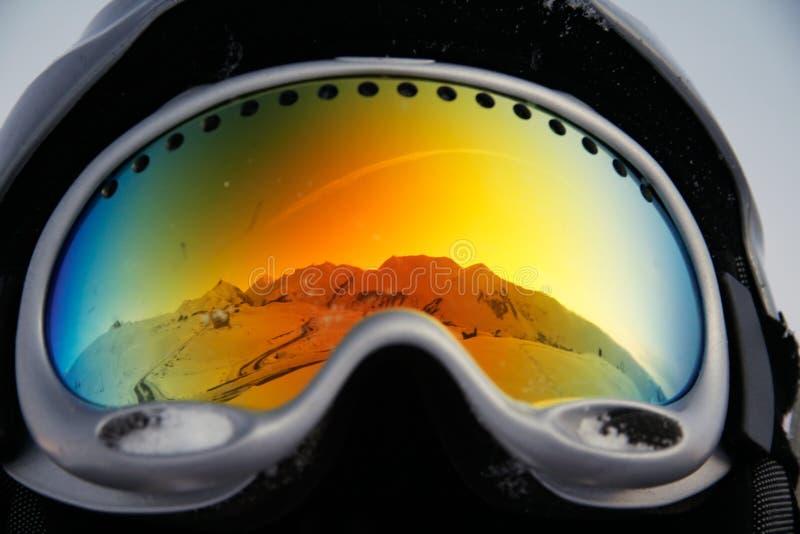 Bergen die in glazen worden weerspiegeld stock foto's