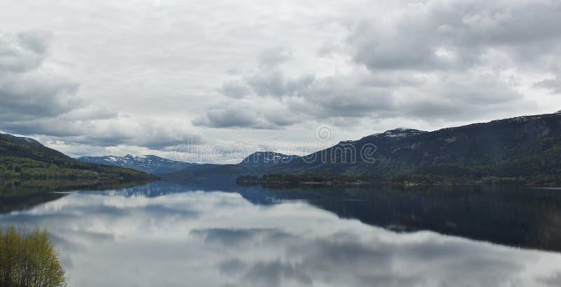 Bergen door het meer stock afbeeldingen