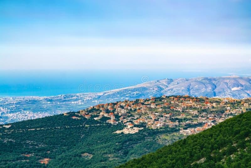 Bergen en dorp in Libanon royalty-vrije stock afbeelding