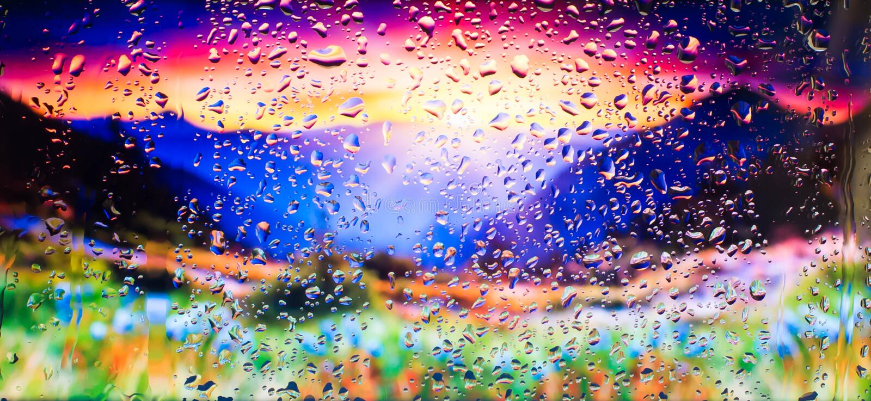 Bergen en gebied van bloemena mening van de stad van een venster van een hoog punt tijdens een regen Nadruk op dalingen stock fotografie