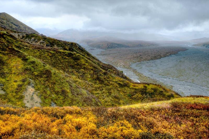 Bergen en gevlechte rivier van eenzaam Alaska stock foto