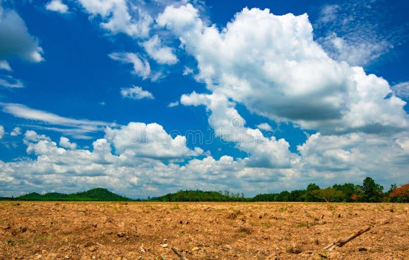 Bergen en grond van het landschaps de de mooie platteland, wolk en blauwe hemelachtergrond royalty-vrije stock foto's