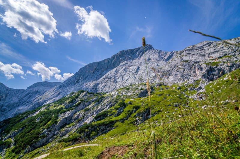 Bergen en hemel die van de trekkingsslepen worden gezien, Duitse Alpen royalty-vrije stock fotografie