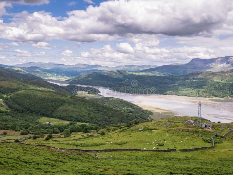 Bergen en het Estuarium van Riviermawddach in Wales royalty-vrije stock foto's