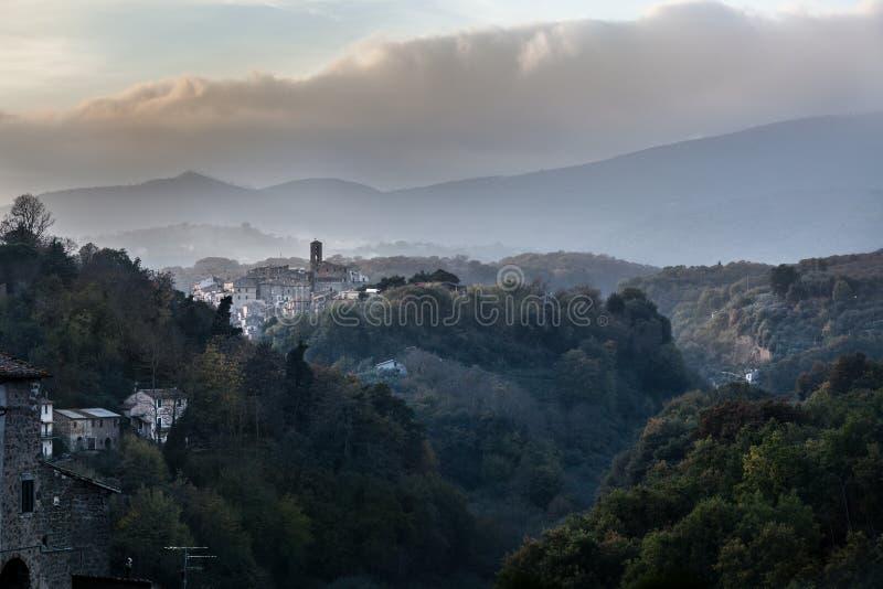 Bergen en landschappen Middeleeuwse Italiaanse dorpen royalty-vrije stock foto