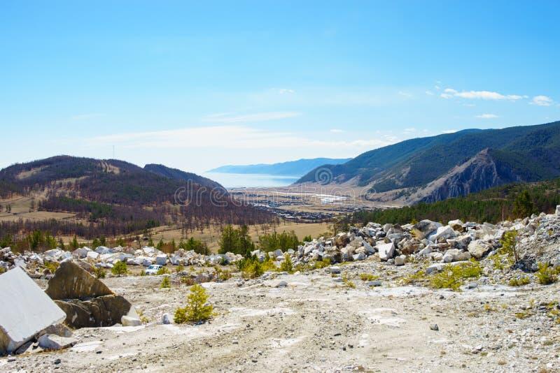 Bergen en meer Baikal De zomerlandschap op het meer stock foto's