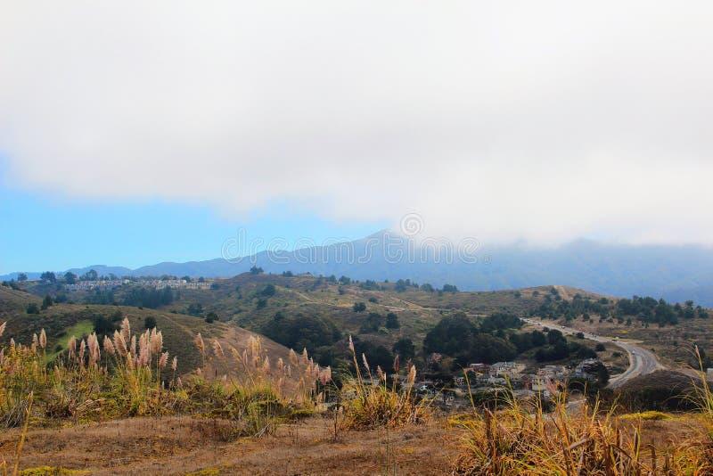 Bergen en Mist dichtbij Pacifica, CA royalty-vrije stock afbeeldingen
