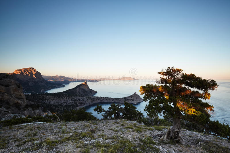Bergen en overzees bij zonsondergang royalty-vrije stock fotografie