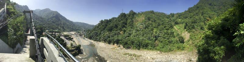 Bergen en riviermening van het hangen van brug stock afbeelding